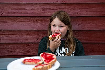 Mädchen beim Frühstücken - p1386m1488594 von beesch