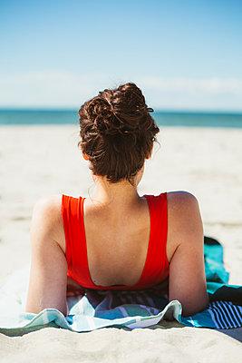 Sunbathing at the seaside - p1396m1589474 by Hartmann + Beese