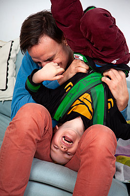 Vater und Sohn haben Spaß - p238m1588907 von Anja Bäcker