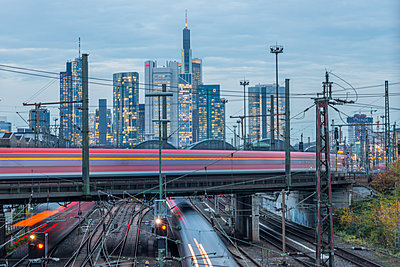 Germany, Frankfurt, view to central station with financial district in background - p300m1206426 by Kerstin Bittner