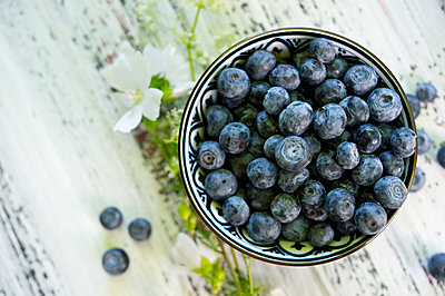 Bowl of blueberries - p300m2023568 von Achim Sass