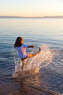 Girl splashing around at Crown Beach, USA - p756m2053388 by Bénédicte Lassalle