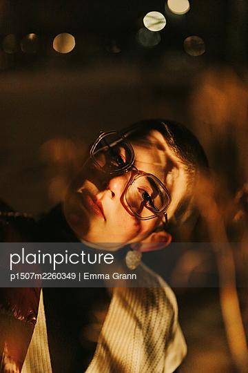 Frau mit Brille, Portrait - p1507m2260349 von Emma Grann