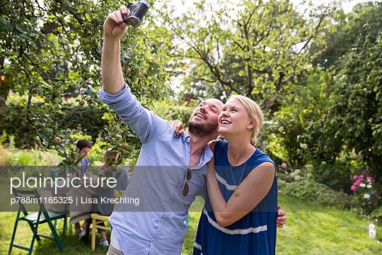 Junges Paar macht ein Selfie im Garten - p788m1165325 von Lisa Krechting