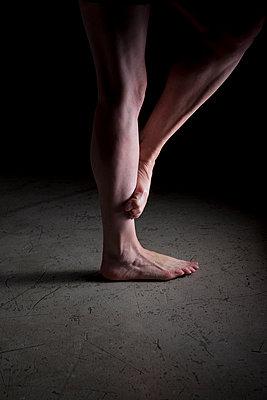 Auf einem Bein stehen auf Betonboden - p1212m1092894 von harry + lidy