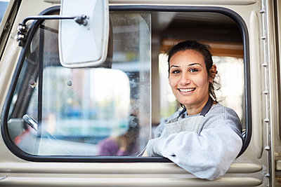 Portrait of smiling mid adult female owner in food truck - p426m1536958 by Maskot
