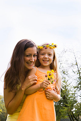 Mother and daughter with flowers in her hair, Munich, Bavaria, Germany - p4737685f by STOCK4B-RF