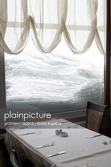 Blick aus dem Fenster von einem Skihotel nach einem Schneesturm, Uludag, Bursa, Türkei - p1316m1160512 von Enno Kapitza