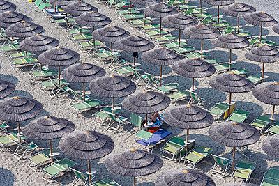 Viele Sonnenschirme am Strand von Vado - p1292m2126977 von Niels Schubert