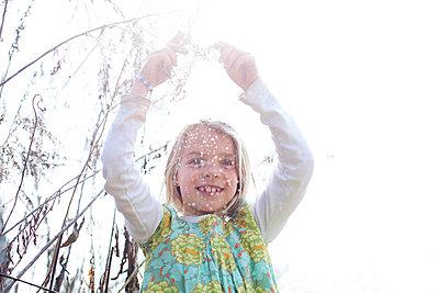 Mädchen im Garten - p1308m1332359 von felice douglas