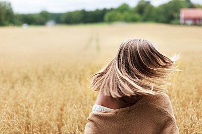 Teenage girl on field - p312m1521986 by Christina Strehlow