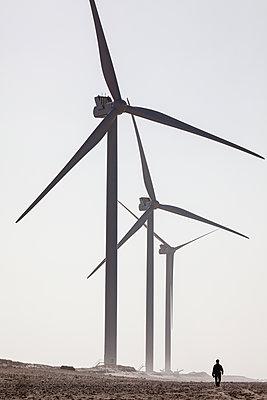 Große Windräder und eine Person am Strand - p327m1216601 von René Reichelt
