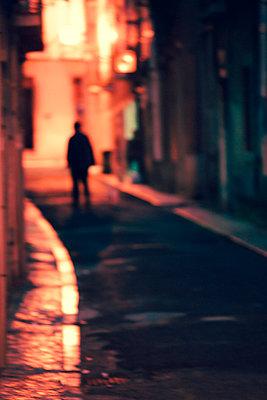 Unheimlicher Mann in enger Gasse - p432m1516499 von mia takahara