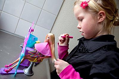 Mädchen spielt mit Puppe - p896m834990 von Arenda Oomen