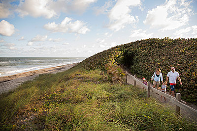 Family walking on coastal path, Blowing Rocks Preserve, Jupiter, Florida, USA - p924m1230252 by Kinzie Riehm