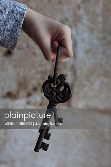 Hand hält alten Schlüssel - p045m1486863 von Jasmin Sander