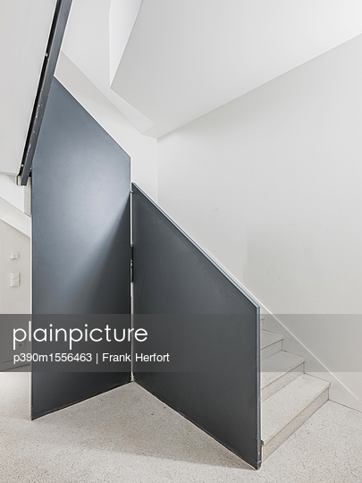 Modernes Treppenhaus in einer Tiefgarage - p390m1556463 von Frank Herfort