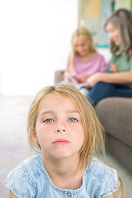 Kleines Mädchen mit Familie - p1156m1591780 von miep