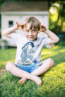 Portrait of a cute goofy five year old making silly faces - p1166m2200340 by Cavan Images