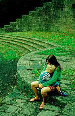 Frau mit Sohn auf dem Schoß - p2190132 von Carsten Büll