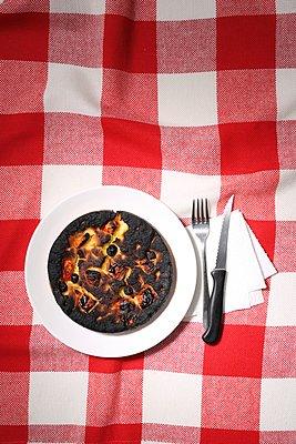 Verbrannte Pizza - p237m1461358 von Thordis Rüggeberg