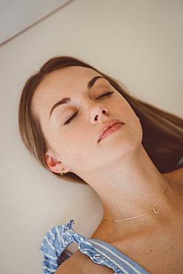 Schlafende junge Frau - p432m2229720 von mia takahara