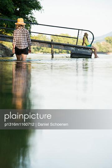 Zwei junge Frauen am Rheinufer, Rheinfelden, Baden-Württemberg, Deutschland - p1316m1160712 von Daniel Schoenen
