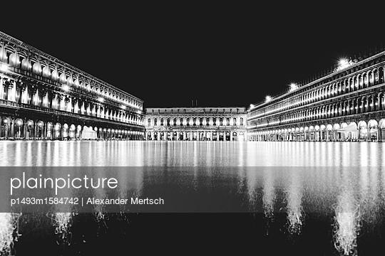 Acqua Alta (Hochwasser) auf Markusplatz, Venedig - p1493m1584742 von Alexander Mertsch