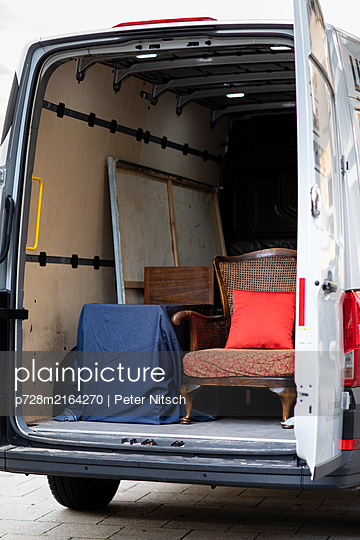 Moving house with Van - p728m2164270 by Peter Nitsch