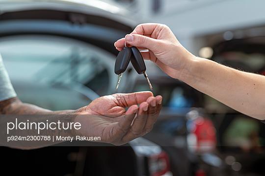 UK, Close-up of hands with car keys - p924m2300788 by Monty Rakusen
