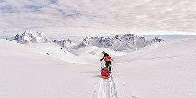 Greenland, Schweizerland Alps, Kulusuk, Tasiilaq, female ski tourer - p300m1587049 von Alun Richardson
