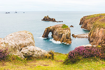 United Kingdom, Cornwall, Enys Dodman Arch at Land's end - p300m2004674 von William Perugini