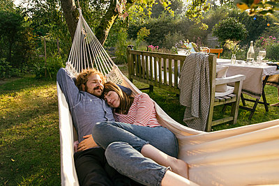 Couple relaxing in hammock - p788m2031185 by Lisa Krechting