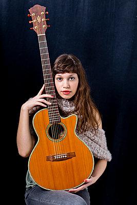 Gitarristin - p814m972369 von Renate Forster