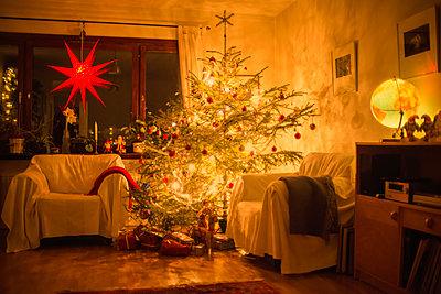 Weihnachtsbaum in einem Wohnzimmer - p1418m1572197 von Jan Håkan Dahlström