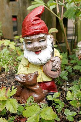 Zwerg im Garten - p1650486 von Andrea Schoenrock