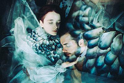Caucasian woman and man cuddling - p555m1303690 by Sophie Filippova