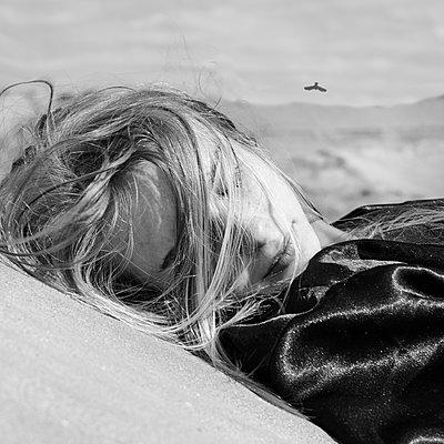 Caucasian woman laying outdoors - p555m1415077 by Vladimir Serov