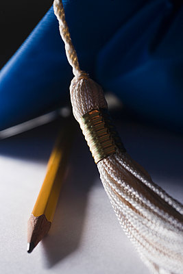 Pencil, mortarboard - p924m1495015 by REB Images