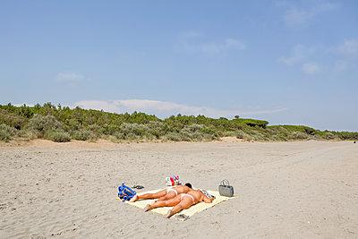 Sunbathing in a desert beach - p1558m2132781 by Luca Casonato
