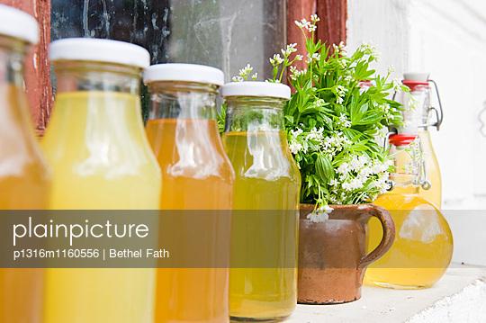 Waldmeistersirup, Saft und Likör auf dem Fensterbrett, Selbstgemachtes - p1316m1160556 von Bethel Fath