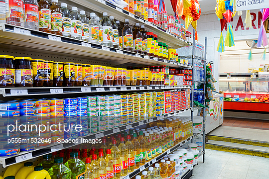 Food on shelves of grocery store - p555m1532646 by Spaces Images
