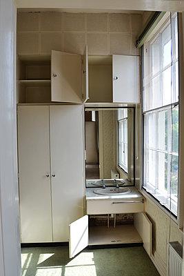 Verlassenes Schlafzimmer - p1121m1572883 von Gail Symes