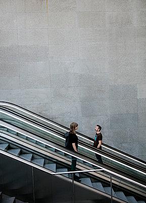 Mann und Frau auf der Rolltreppe im Bahnhof PP IV - p1212m1137086 von harry + lidy