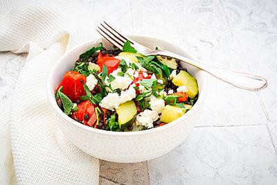 Belugalinsen mit Tomaten, Paprika, Zucchini, Feta, Minze und Petersilie - p300m2155556 von Larissa Veronesi