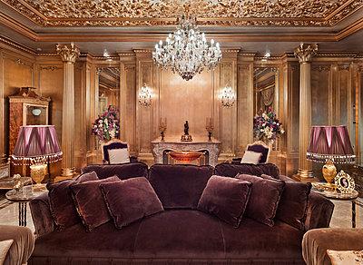 Living room in luxury villa - p390m1115629 by Frank Herfort