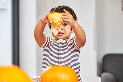 Boy holding up pumpkin core - p429m2091709 by Sverre Haugland