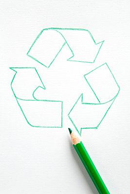 Recyclingsymbol und grüner Buntstift - p4736803f von STOCK4B-RF