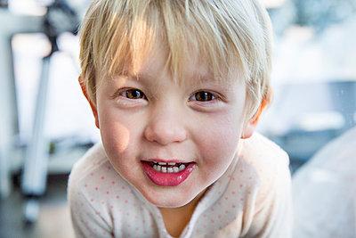 Portrait of boy with blond hair - p756m1461746 by Bénédicte Lassalle