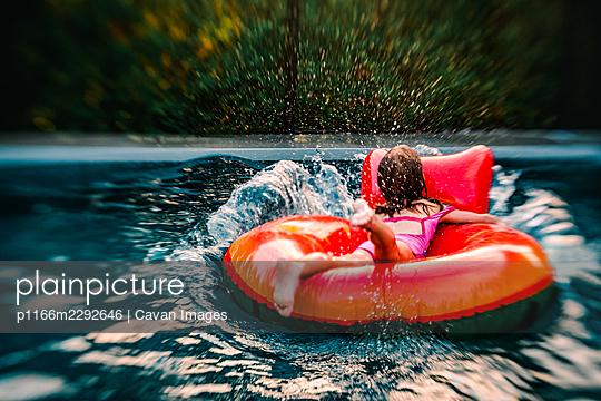 Happy 5 years old girl in a bathing suit having fun in the pool - p1166m2292646 by Cavan Images